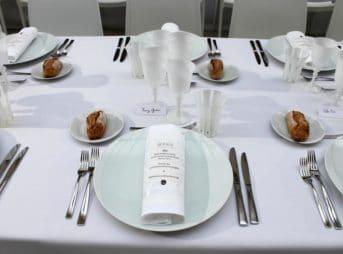 Un dîner tout de blanc immaculé